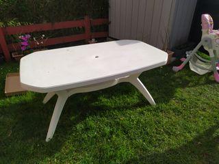 mesa blanca de plastico para jardin