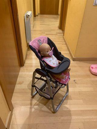 trona para muñecas junto con una muñeca baby born