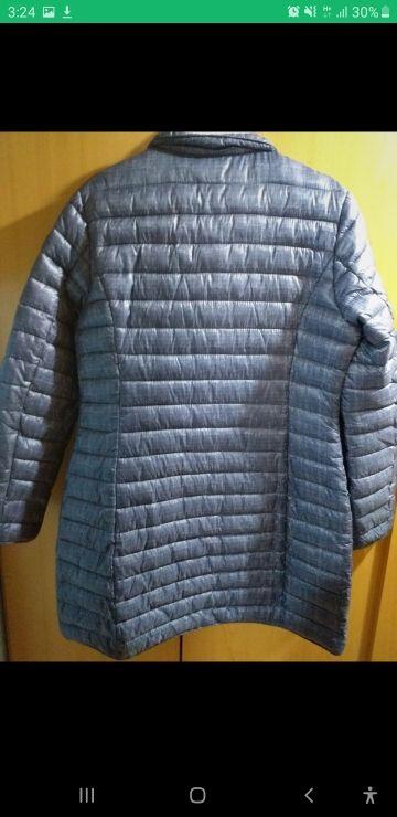 Plumífero azul con vetas grises.