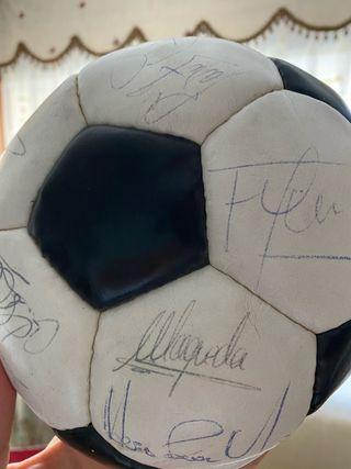 Balón firmado por jugadores del madrid