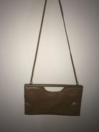 Bolso marrón de mano