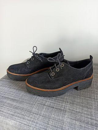 Zapatos Oxford negro.