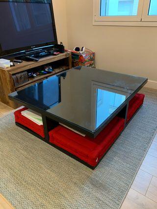 Mesa de centro quadrada con almohadas rojas