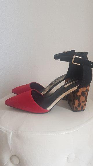 zapato rojo con tacon cuadrado de leopardo