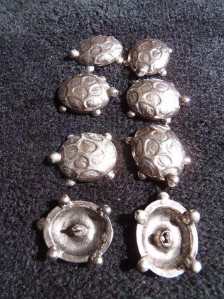botones metálicos en forma de tortuga
