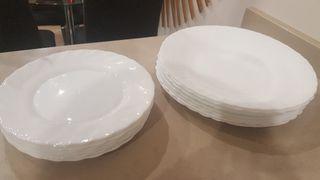 14 platos blancos