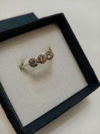 Anillo oro blanco y tres diamantes