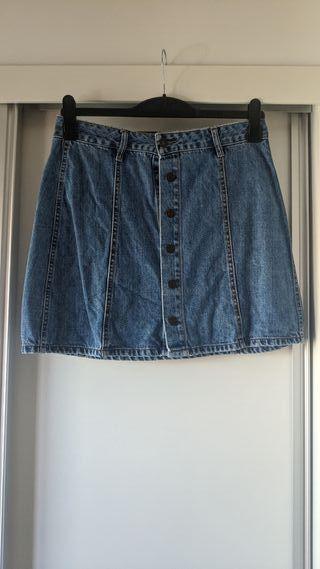 Falda de la marca PULL AND BEAR.