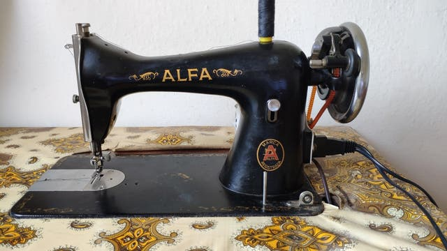 Maquina de coser Alfa con motor integrado de segunda mano