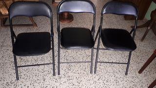 Conjunto de 3 sillas negras acolchadas.