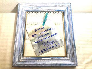 """Marco con mensaje: vintage""""cerrado""""."""