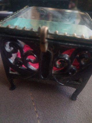 Caja joyero muy antigua.