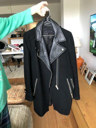 Abrigo negro con estilo