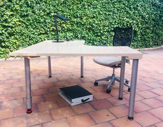 Mesa, lámpara y reposapiés oficina