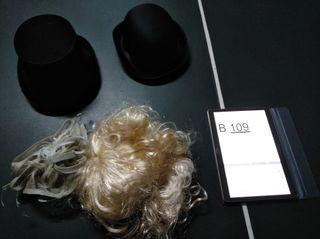 Sombrero con peluca de mujer, y dos sombreros