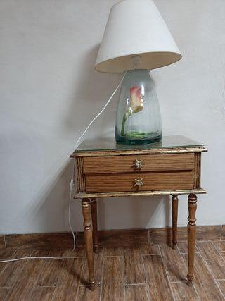Mesa auxiliar y lámpara de cristal