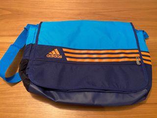 Bolsa de mano Adidas nueva.