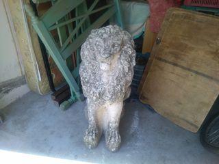 León antiguo de piedra