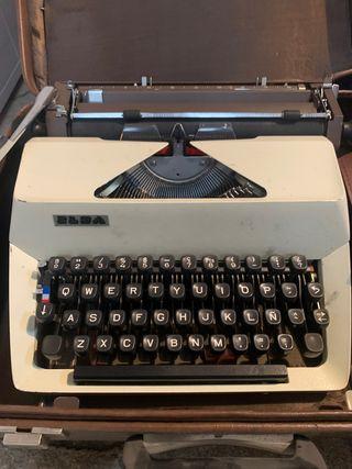 Antigua máquina de escribir marca Elsa