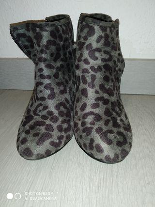 Botines tacón estampado leopardo. Talla 39.