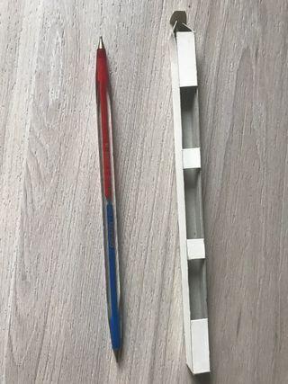 Antiguo bolígrafo doble azul y rojo.