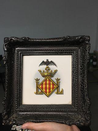 Antiguo azulejo enmarcado con escudo Valencia