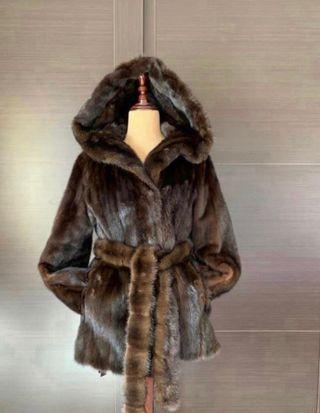 abrigo de lomos de visón con capucha y cinturón