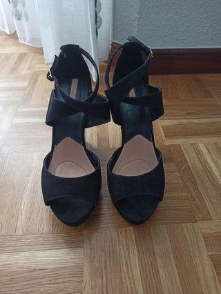 sandalia de ante negro Stradivarius