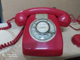 Teléfono rojo antiguo