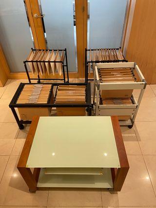 4 archivadores y una mesa TV