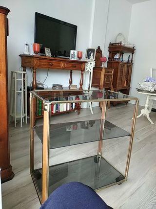 mesa TV ,auxiliar, etc de cristal ahumado y ruedas