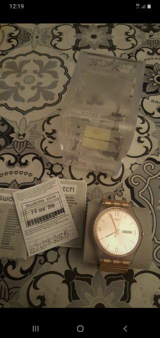 reloj swath dorado