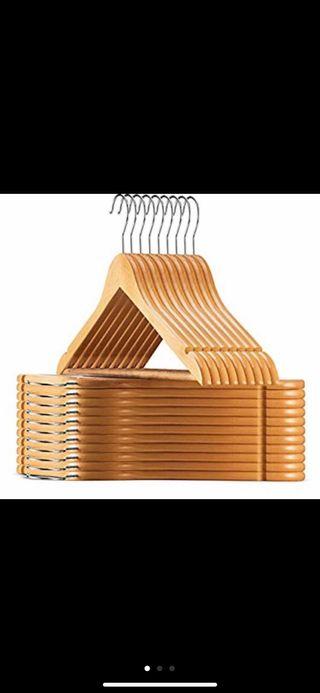 35 perchas de madera