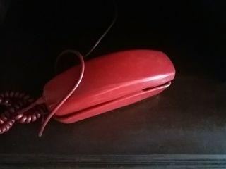 Teléfono rojo antiguo.