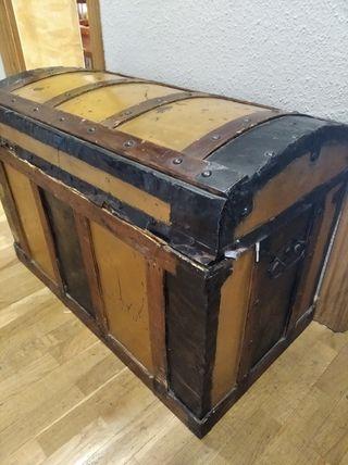 Baúl antiguo madera y forja. Antigüedad 100 años