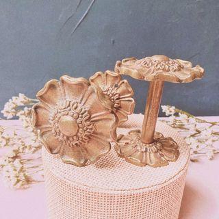 Preciosas Perchas Antiguas Flores de Bronce