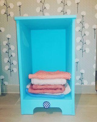 Mesa azul indico para organizar