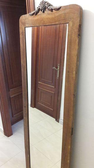 Espejo en puerta de armario antigua