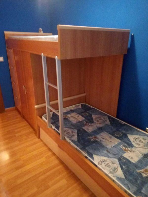 vendo litera de tres camas con armario y cajones.