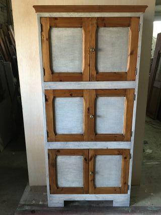 Armari fet a mida amb portes antigues.