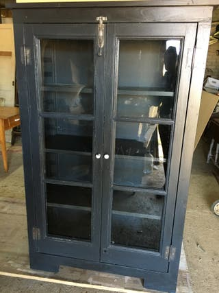 Moble llibreria nou a partir de portes antigues.