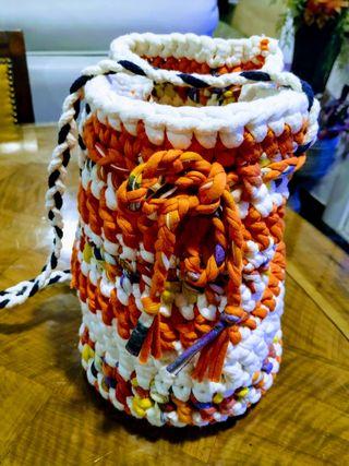 Bolso hecho de trapillo de vivos colores