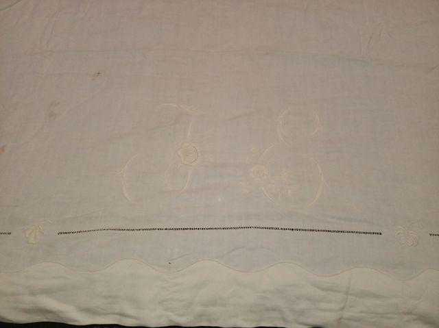 Sábana encimera antigua + dos almohadas.
