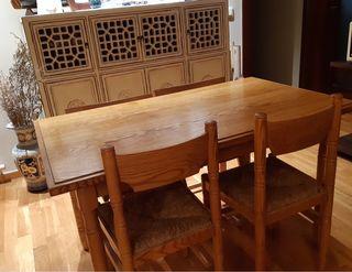 Conjunto de mesa de madera y cuatro sillas