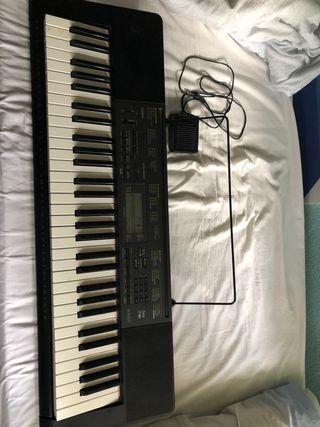 Piano Casio CTK-2200 con accesorios