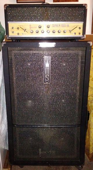 amplificador y guitarra con esruche