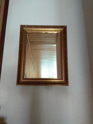 Espejo antiguo con marco dorado