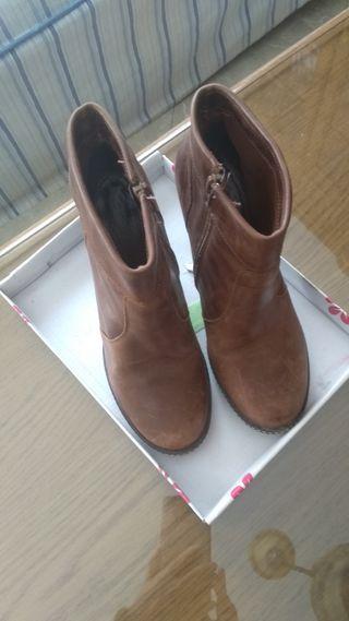 Botines de piel marrón.