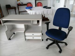 Mesa para ordenador y silla.