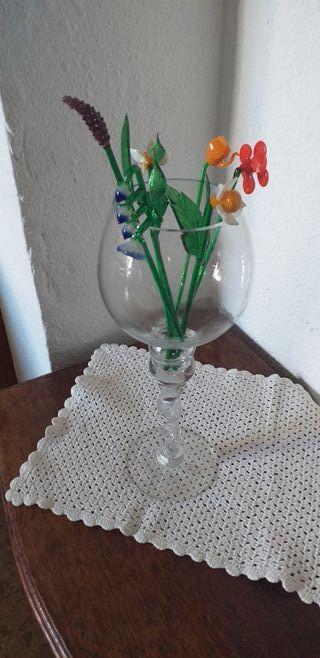 florero de cristal portavelas con flores de crista